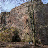 Erkennungszeichen von Neuscharfeneck: - Mächtige Schildmauer mit Kanonenscharten