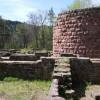 Im mittleren Raum (rechts) sind Reste eines Kamins erhalten. Er wurde wohl als Wohnraum genutzt. Im südlichen Raum (links) deuten zwei Feuerstellen auf eine Küche hin.