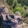 Burg Tanstein erstreckt sich auf den beiden, durch einen Einschnitt voneinander getrennten, westlichen Burgfelsen der Dahner Schlössergruppe.
