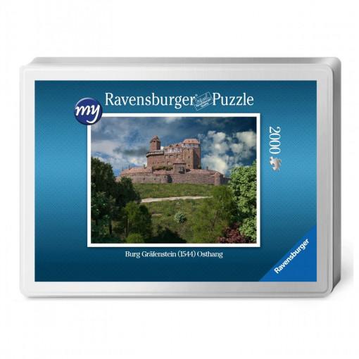 Für den Profi-Puzzler: Puzzeln Sie die fotorealistische Rekonstruktion der Burg Gräfenstein (Südwestpfalz) des Jahres 1544.. Ein qualitätsvolles Ravensburger-Puzzle (2.000 Teile) in einer metallenen Verpackungsbox. Maße des fertigen Puzzles: 98