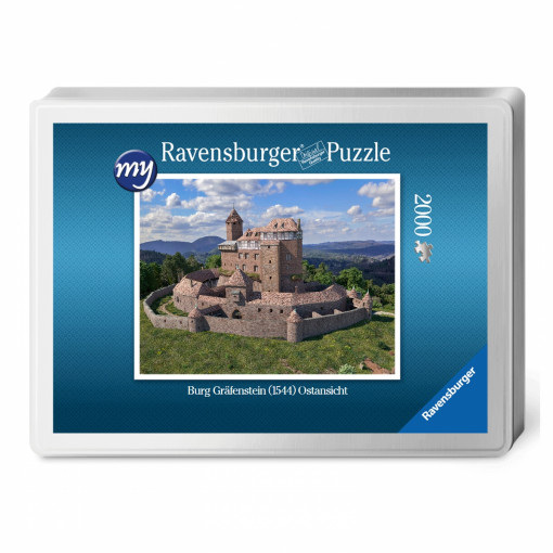 Für den Profi-Puzzler: Puzzeln Sie die fotorealistische Rekonstruktion der Burg Gräfenstein (Südwestpfalz) des Jahres 1544.. Ein qualitätsvolles Ravensburger-Puzzle (2000 Teile) in einer metallenen Verpackungsbox. Maße des fertigen Puzzles: 98