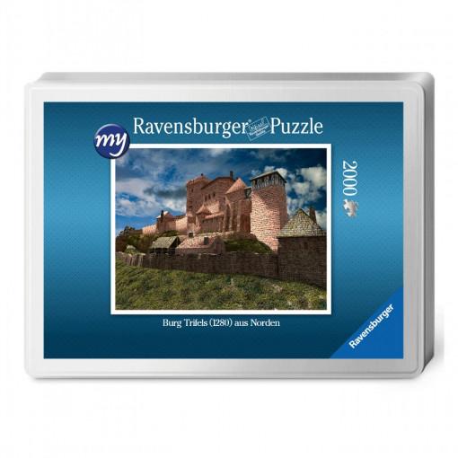 Für den Profi-Puzzler: Puzzeln Sie die fotorealistische  Rekonstruktion der Reichsburg Trifels des Jahres 1280.Sie erhalten ein qualitätsvolles Ravensburger-Puzzle (2.000 Teile) in einer Verpackungsbox. Maße des fertigen Puzzles: 98