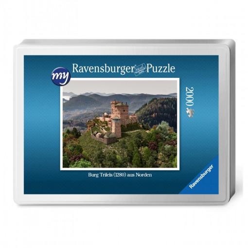 Für den Profi-Puzzler: Puzzeln Sie die fotorealistische  Rekonstruktion der Reichsburg Trifels des Jahres 1280. Sie erhalten ein qualitätsvolles Ravensburger-Puzzle (2.000 Teile) in einer Verpackungsbox. Maße des fertigen Puzzles: 98