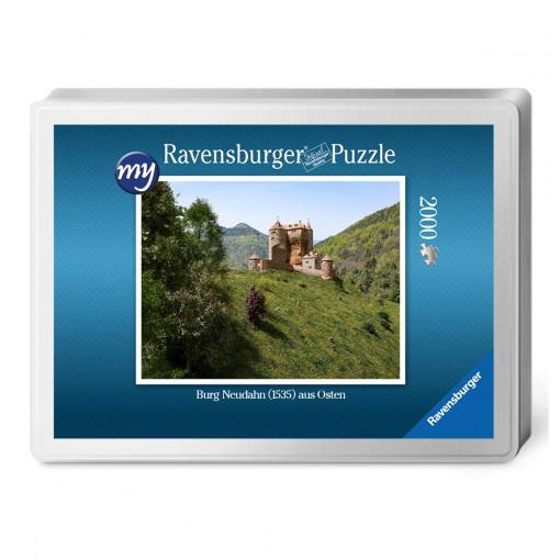 Für den Profi-Puzzler: Puzzeln Sie die fotorealistische  Rekonstruktion der Kanonenburg Neudahn um 1535.Sie erhalten ein qualitätsvolles Ravensburger-Puzzle (2.000 Teile) in einer Verpackungsbox. Maße des fertigen Puzzles: 98